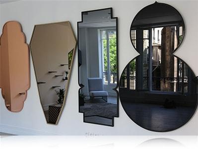 Фигурные декоративные зеркала на стене