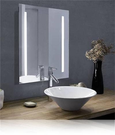 LED зеркало со светодиодной подсветкой квадратное с подсветкой по бокам в ванной комнате