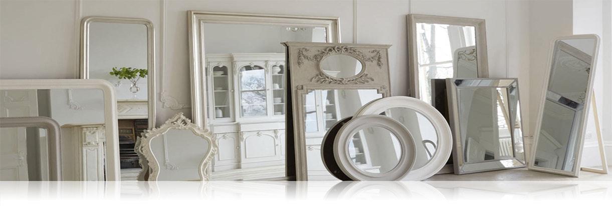 Много зеркал в багете разной формы и размеров на полу комнаты